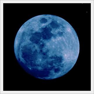 月の表情 青